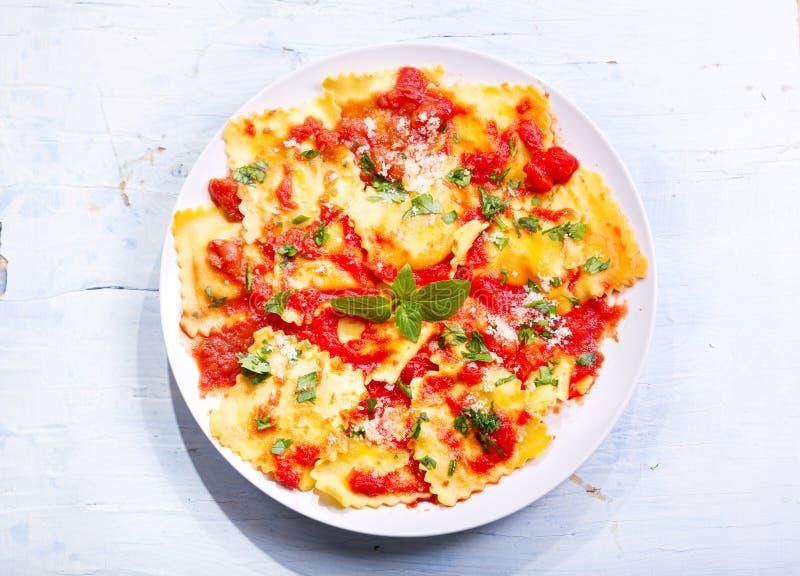 Piatto dei ravioli con salsa al pomodoro immagini stock