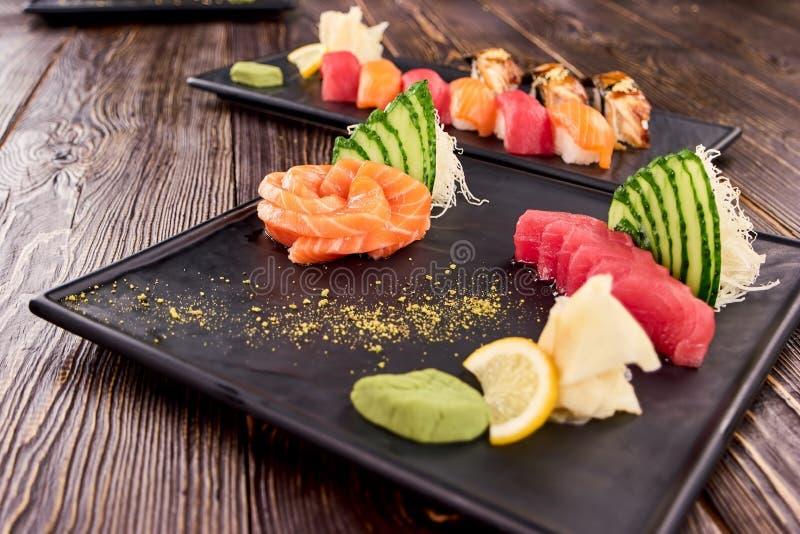 Piatto dei sushi di Nigiri sul piatto nero di rettangolo fotografie stock