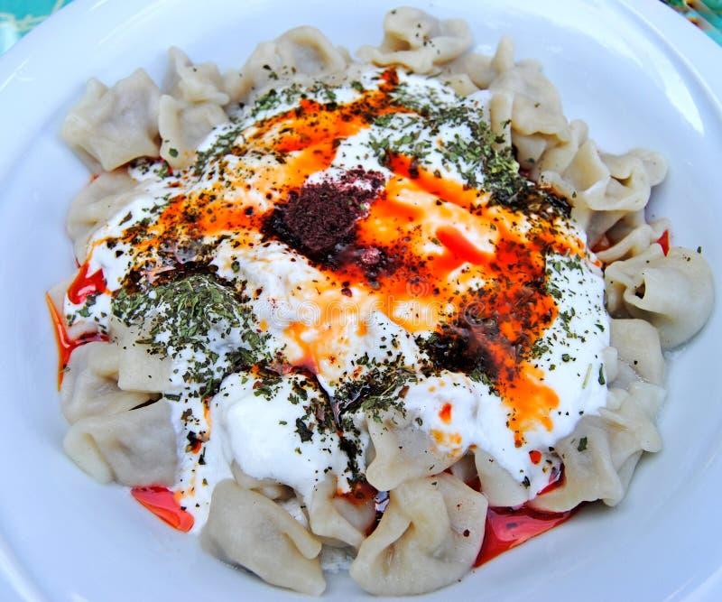 Piatto del manti turco dei ravioli fotografie stock libere da diritti