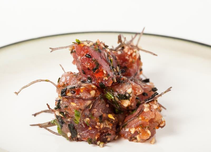 Piatto del pesce crudo del colpo hawaiano pronto con le cipolle e l'alga fotografie stock