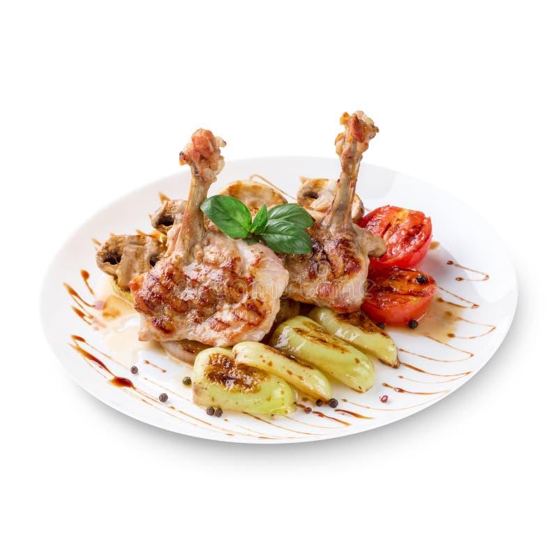 Piatto del pollo arrostito con le verdure isolate su fondo bianco fotografie stock libere da diritti
