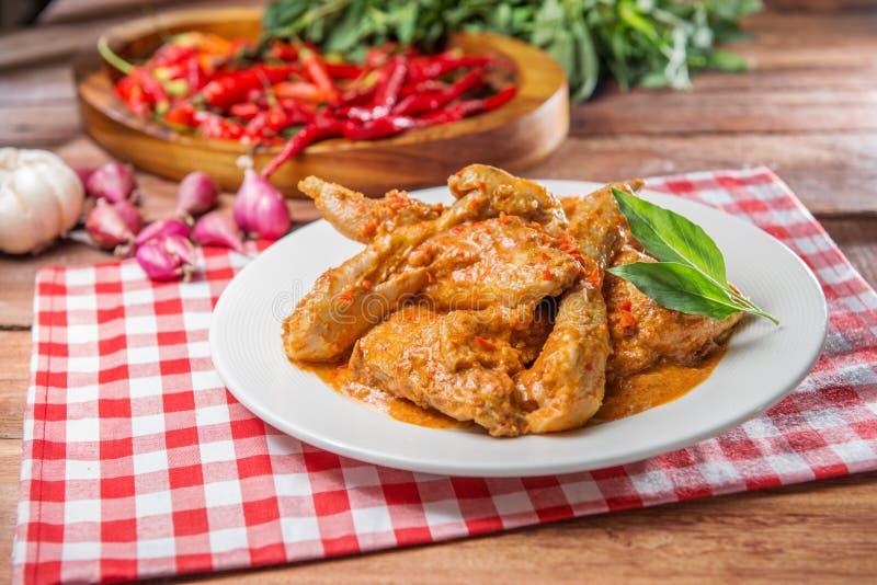 Piatto del pollo fritto del curry sulla tavola in ristorante fotografie stock