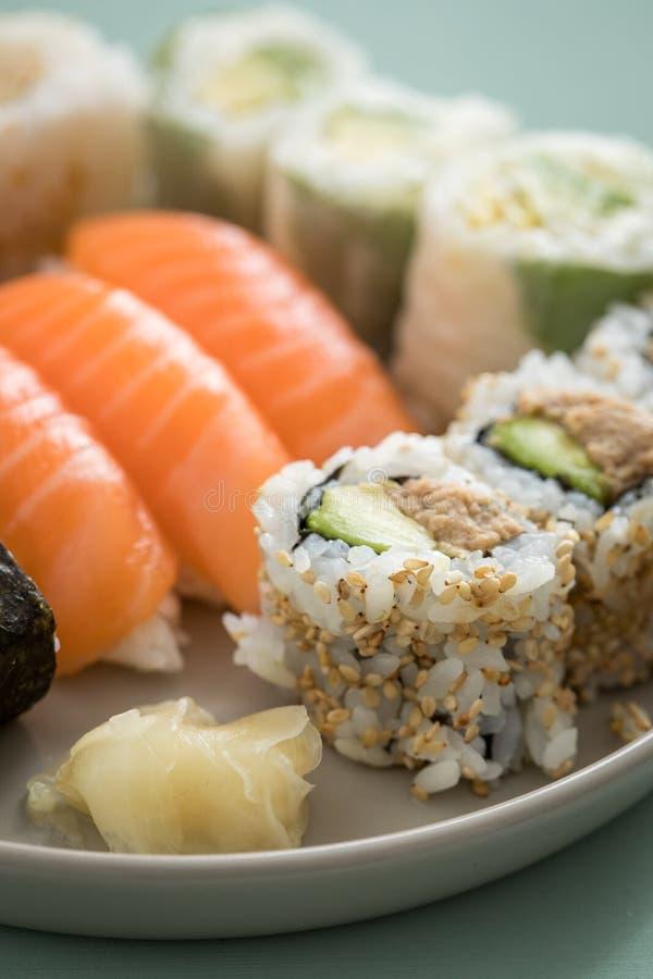 Piatto del preparato dei sushi del tonno e del salmone con Nigiri, Maki e l'interno - fuori rotoli di California fotografia stock libera da diritti