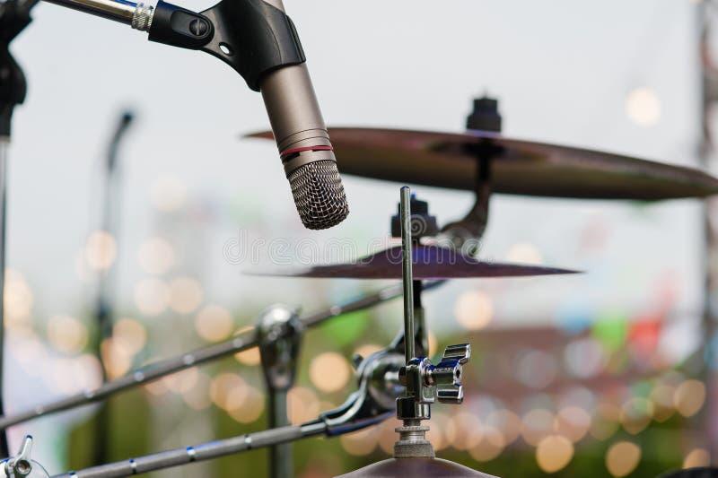 Piatto del tamburo e del microfono alla fine di concerto fotografia stock libera da diritti