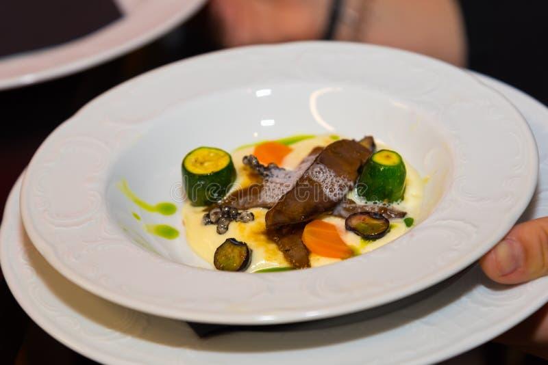 Piatto dell'alimento gastronomico, carne di cervo con le verdure fotografia stock
