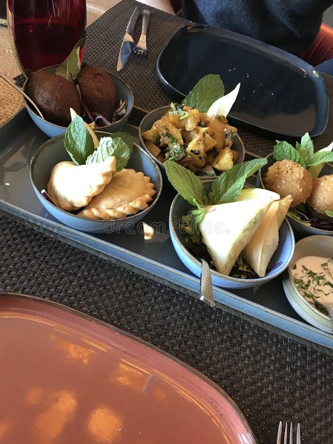 Piatto dell'alimento dell'humus con cucina di parecchi libanesi dei piatti immagini stock libere da diritti