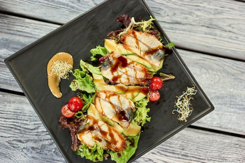 Piatto dell'anguilla sul piatto di rettangolo, vista superiore immagini stock