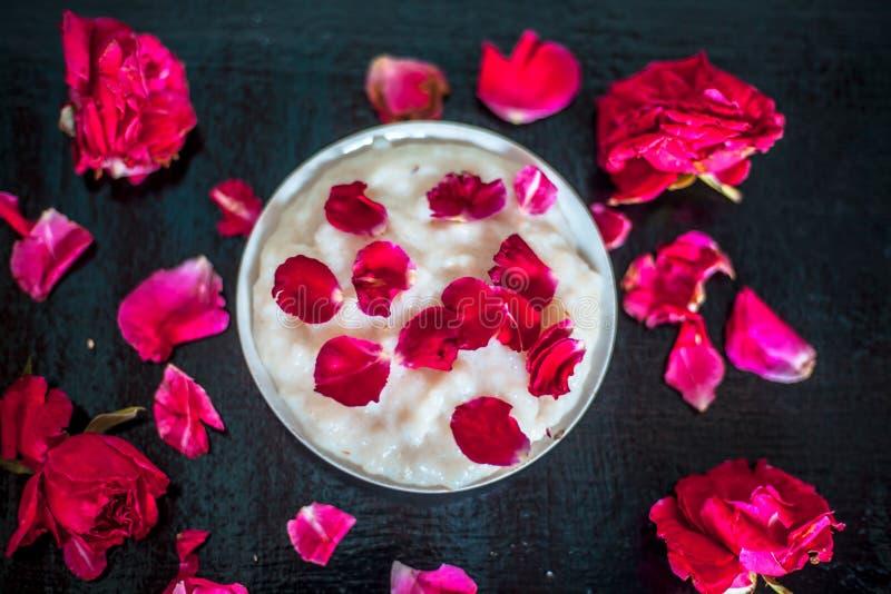 Piatto dell'asiatico & indiano del Ramadan o dessert popolare i di Ramazan e Kheer in una lastra di vetro con alcuni fiori e peta immagine stock