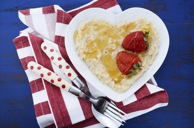 Piatto dell'avena cucinata nutriente e sana della prima colazione fotografia stock libera da diritti
