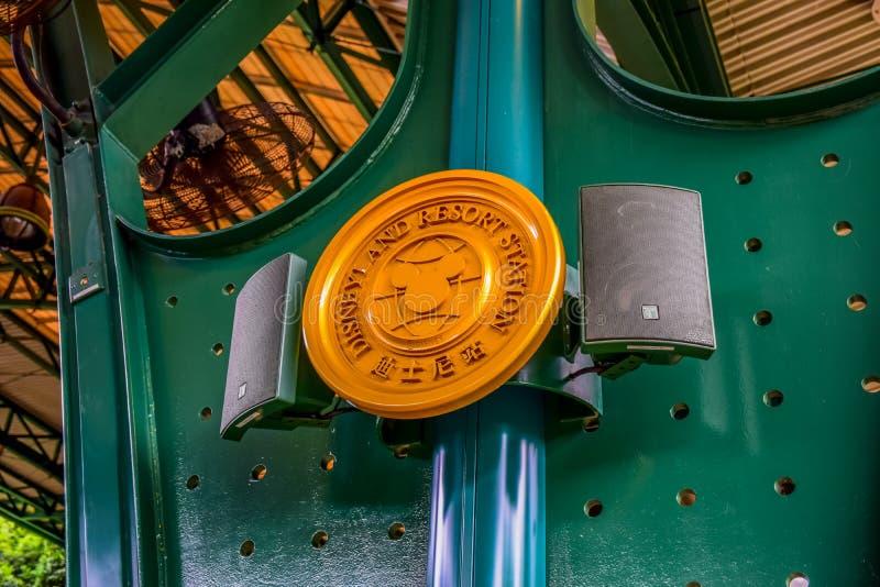 Piatto dell'etichetta di Hong Kong Disneyland alla stazione ferroviaria davanti al parco a tema fotografie stock