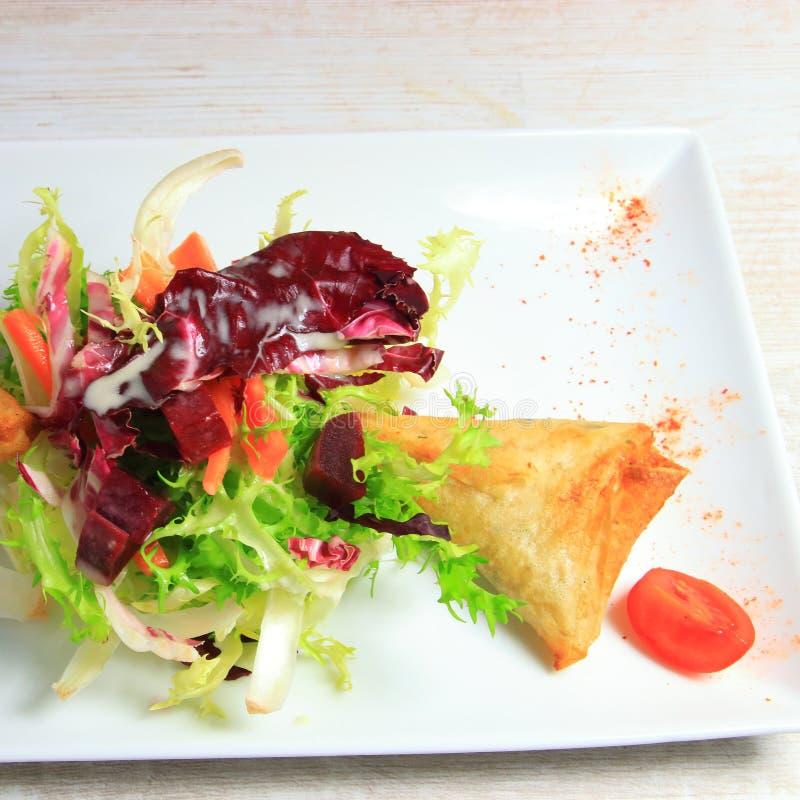 Piatto dell'insalata della lattuga e di samoussa fotografia stock