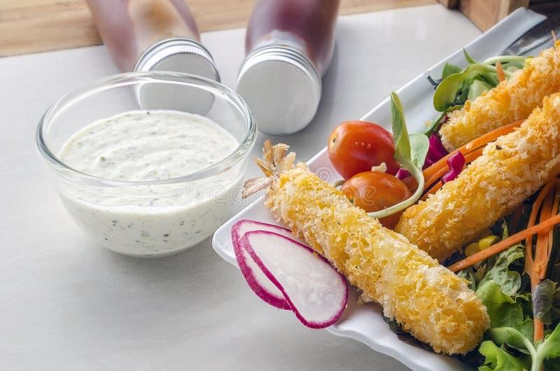 Piatto dell'insalata della tempura del gamberetto fotografie stock libere da diritti