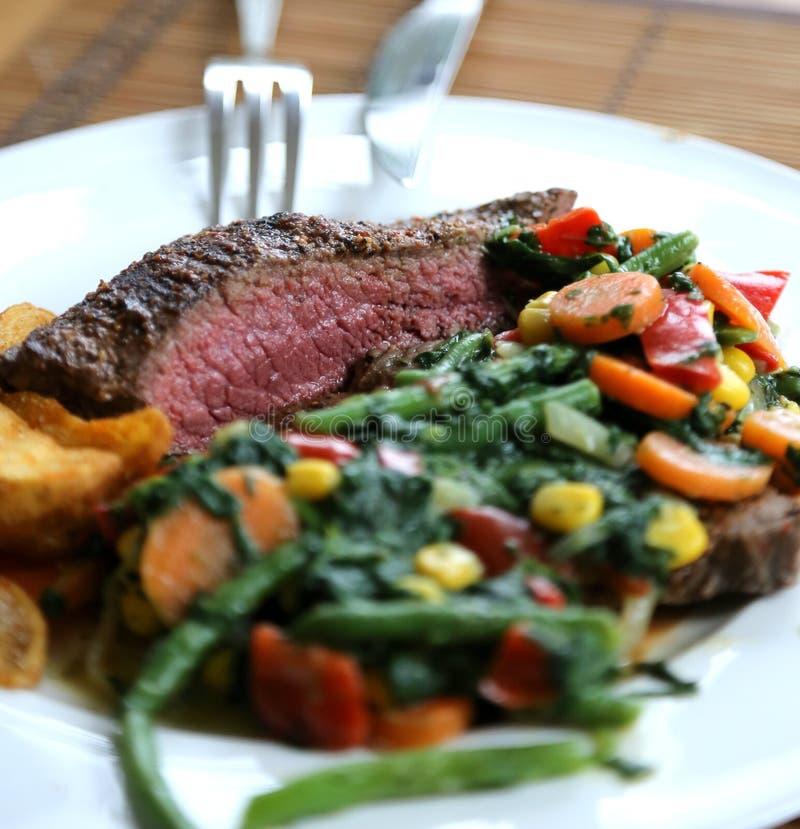 Piatto della bistecca per pranzo con le verdure come piatto laterale immagine stock