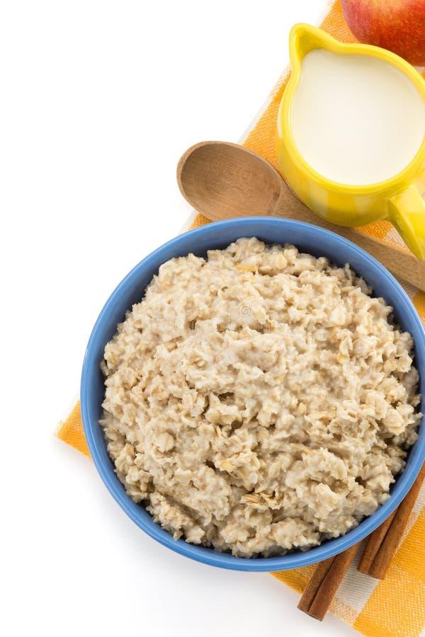 Piatto della farina d'avena su bianco immagine stock