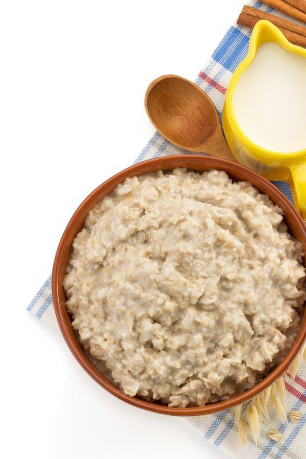 Piatto della farina d'avena su bianco immagini stock