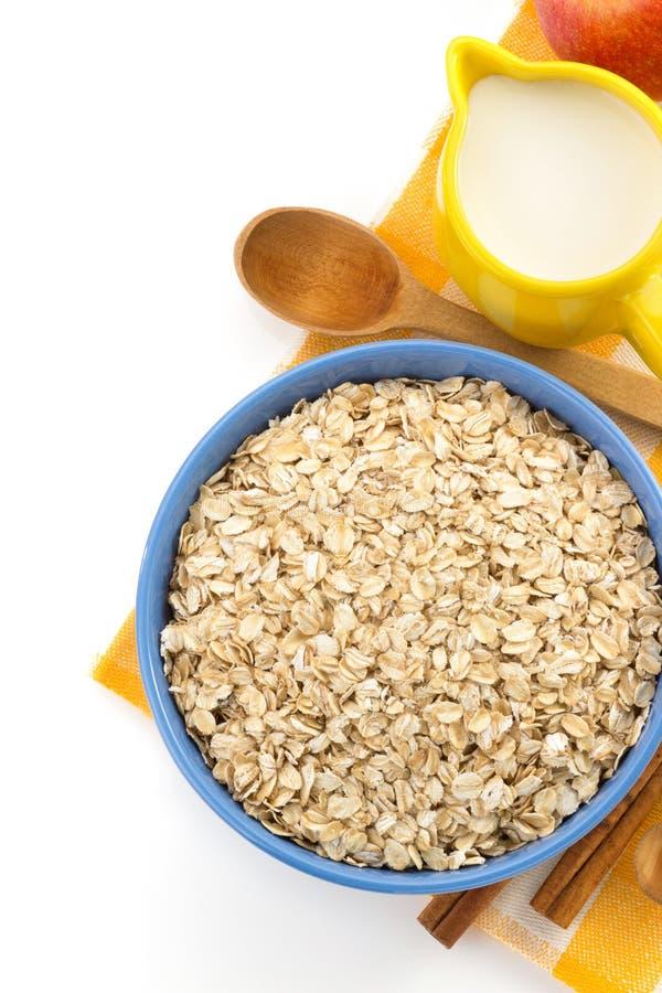 Piatto della farina d'avena su bianco fotografie stock libere da diritti