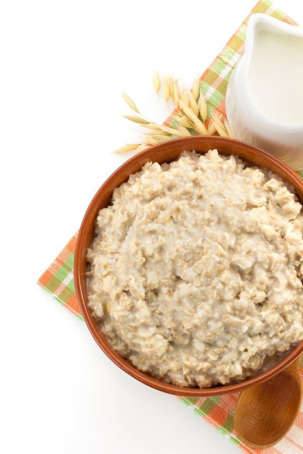 Piatto della farina d'avena su bianco fotografia stock