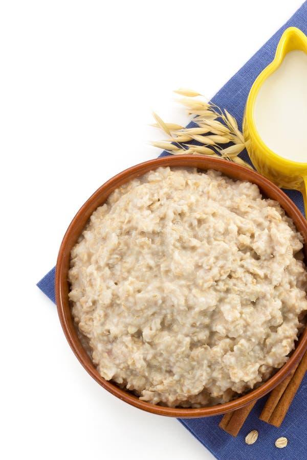 Piatto della farina d'avena su bianco fotografia stock libera da diritti