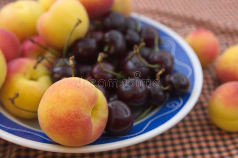 Piatto della frutta con i frutti stagionali vari immagine stock