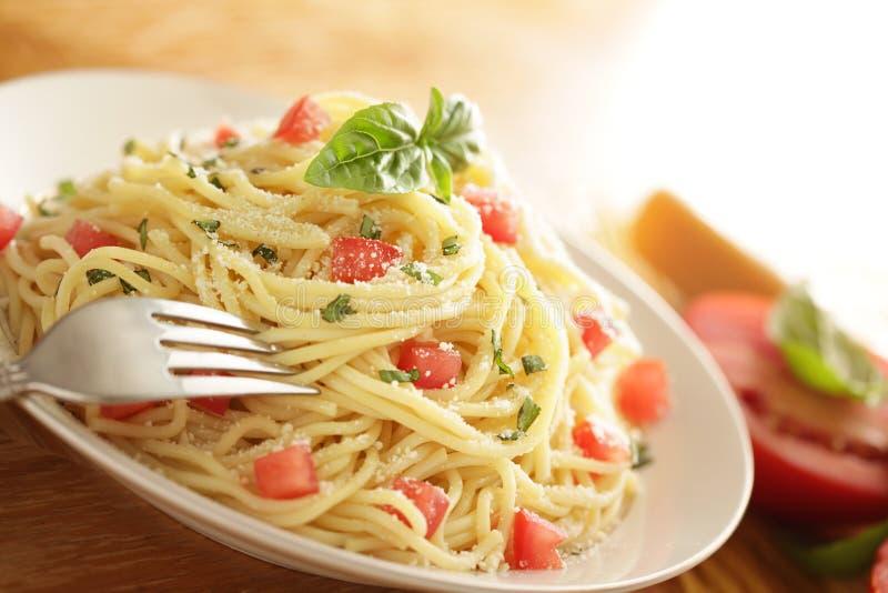 Piatto della pasta con gli ingredienti fotografia stock libera da diritti