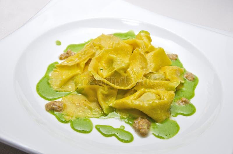 Piatto della pasta dei ravioli con la salsa del basilico immagine stock libera da diritti