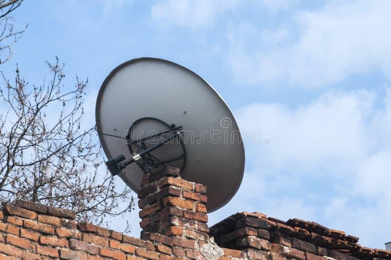 Piatto della televisione via satellite fotografia stock libera da diritti