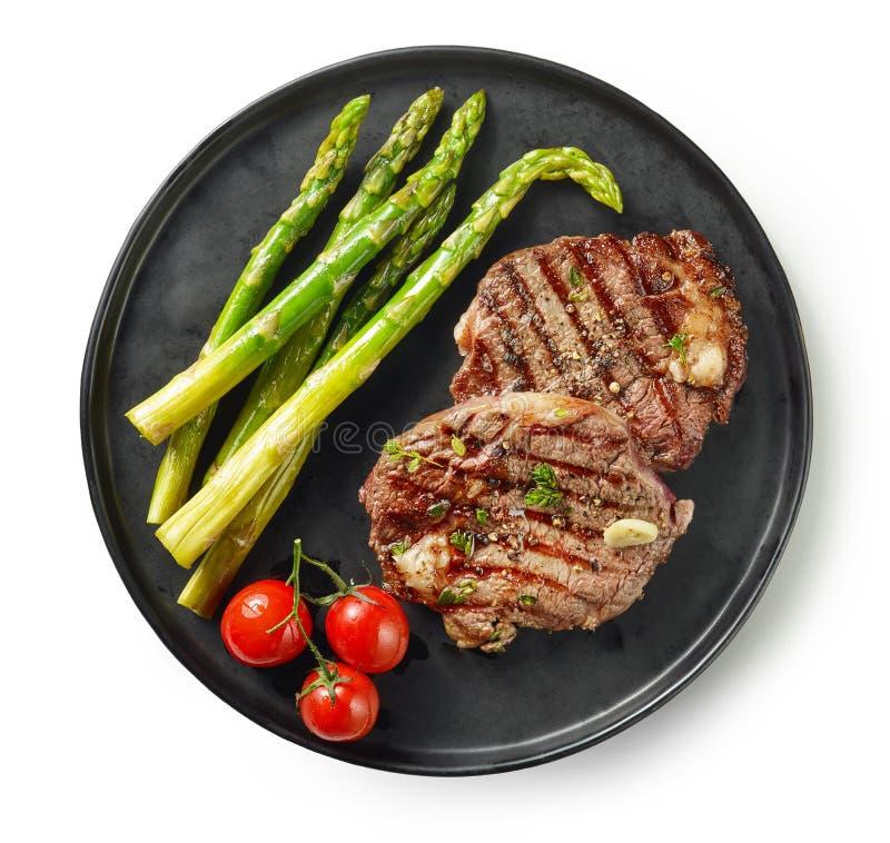 Piatto delle bistecche arrostite su fondo bianco immagine stock