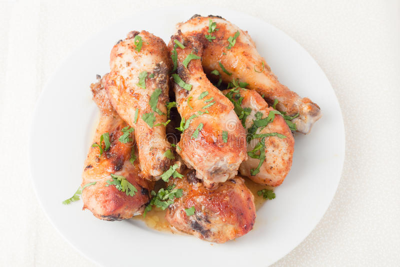 Piatto delle coscie di pollo cucinate fresche fotografie stock libere da diritti