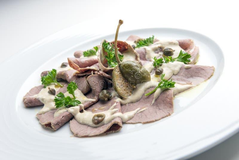 Piatto delle fette del vitello con maionese del tonno e dei capperi immagini stock libere da diritti
