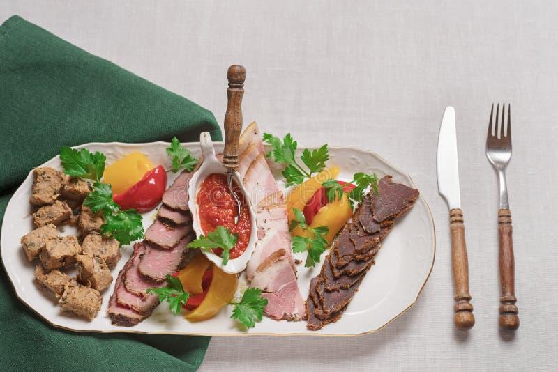 Piatto delle squisitezze della carne del cinghiale, anatra selvatica, alce, vista superiore della lepre, primo piano immagine stock libera da diritti