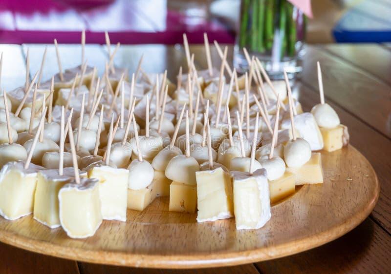 Piatto dello spuntino con vario formaggio fotografie stock libere da diritti