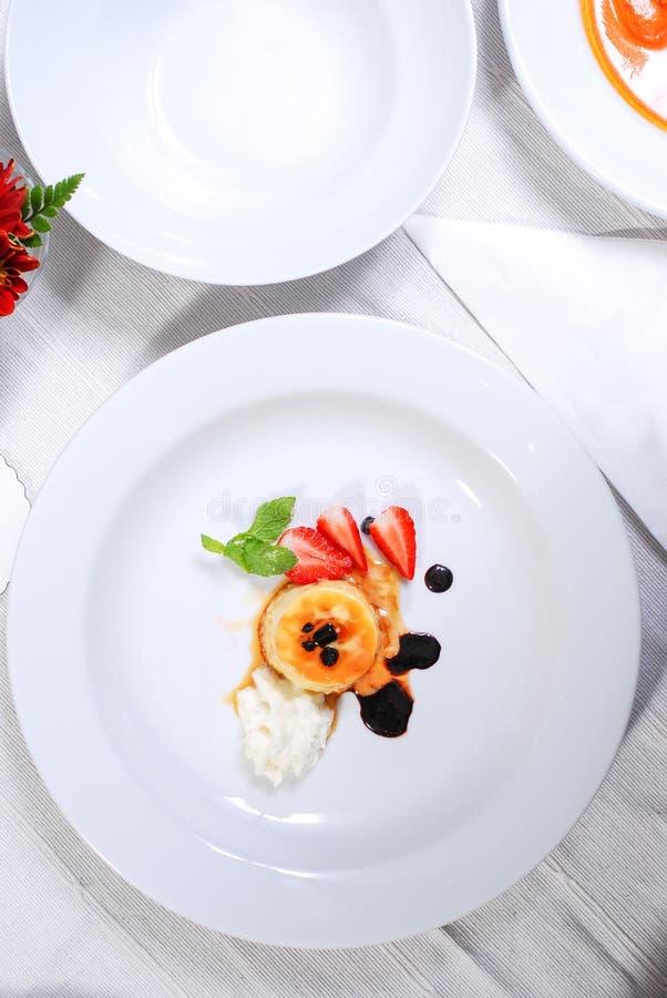 Piatto di budino con frutta fresca fotografia stock libera da diritti