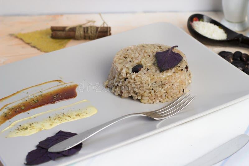 Piatto di Congri di cucina nazionale cubana Congri, riso con i fagioli, un piatto tipico di alimento cubano Piatto semplice ma de immagini stock libere da diritti