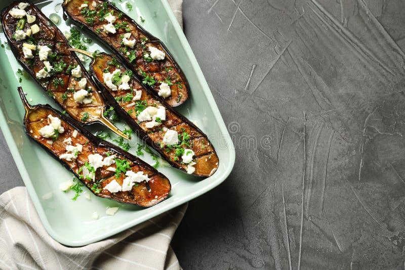 Piatto di cottura con le fette fritte della melanzana su fondo grigio, vista superiore fotografia stock libera da diritti