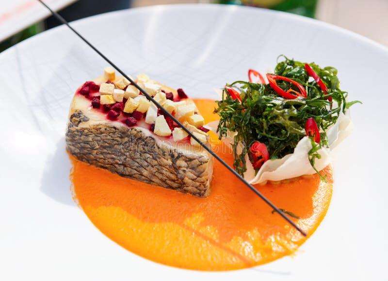 Piatto di cucina del haute della spigola con le erbe immagine stock