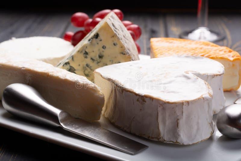Piatto di formaggi francese in assortimento, formaggio blu, brie, Munster, fotografia stock