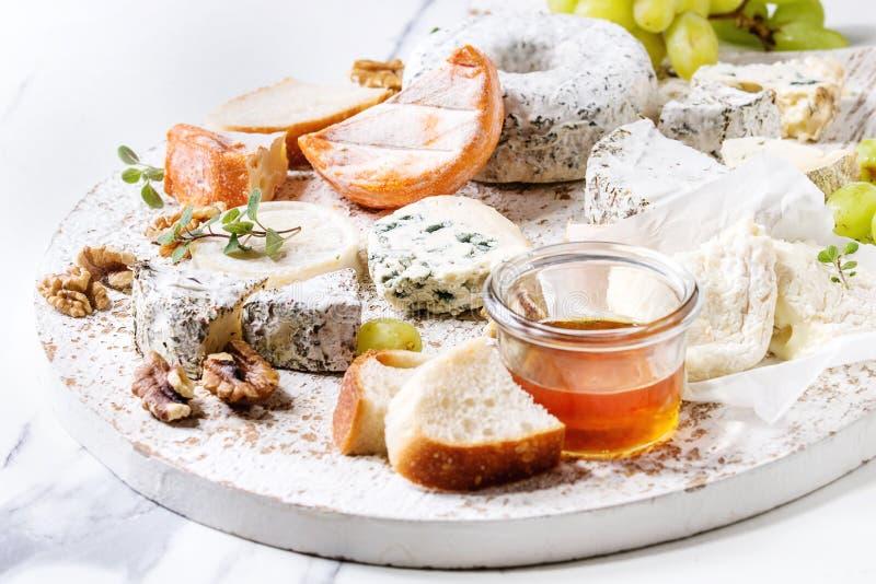 Piatto di formaggio con miele immagini stock libere da diritti