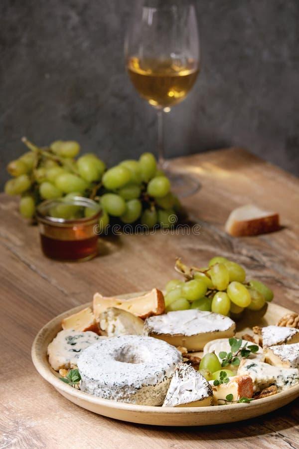 Piatto di formaggio con miele immagini stock