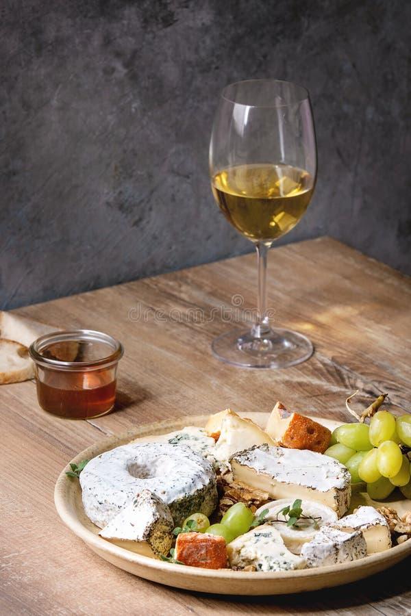Piatto di formaggio con miele fotografie stock libere da diritti