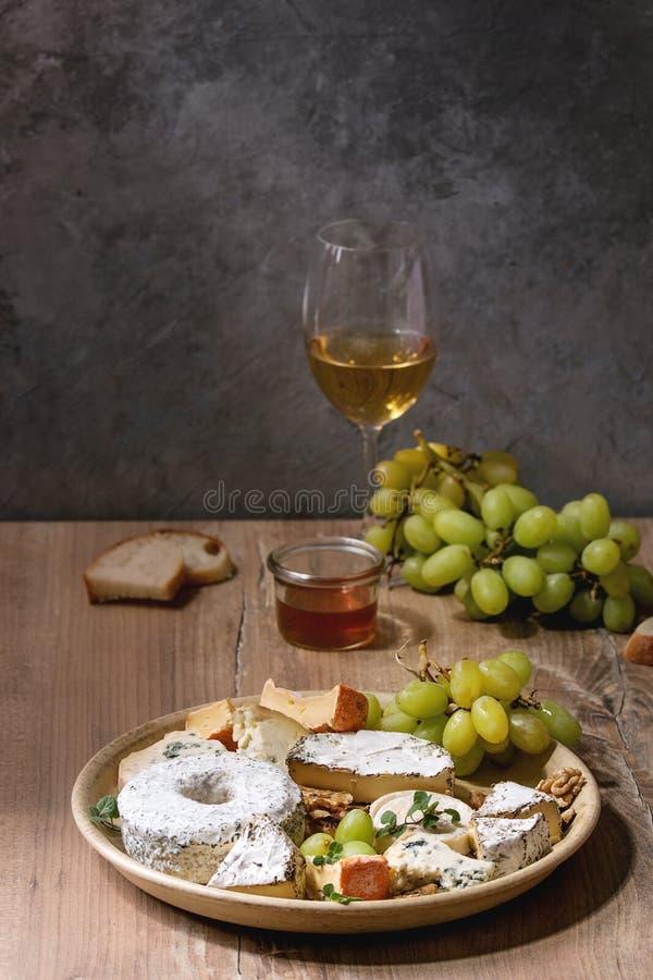 Piatto di formaggio con miele fotografie stock