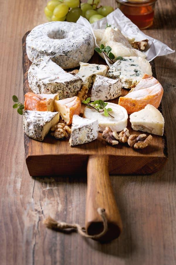 Piatto di formaggio con miele fotografia stock libera da diritti