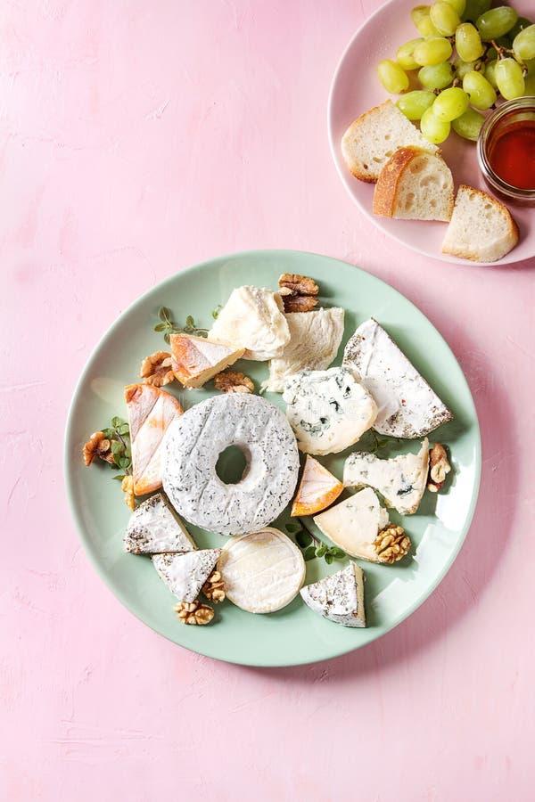 Piatto di formaggio con miele immagine stock