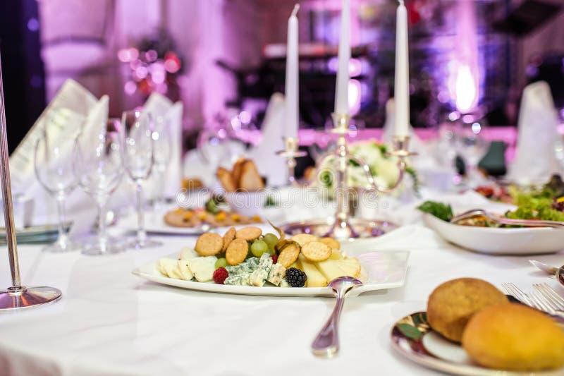 Piatto di formaggio sulla tavola di buffet nel ristorante immagini stock libere da diritti