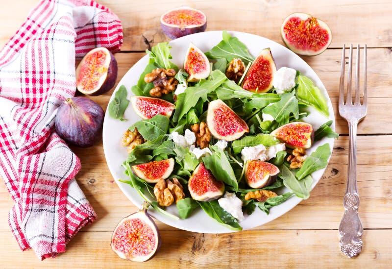 Piatto di insalata con i fichi freschi fotografia stock libera da diritti