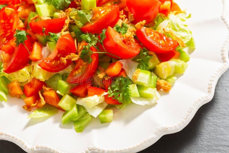 Piatto di insalata su un piatto dell'ardesia fotografia stock libera da diritti