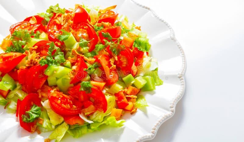Piatto di insalata su un fondo bianco fotografia stock libera da diritti