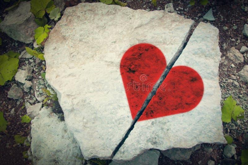 Piatto di pietra incrinato, immagine di cuore rosso rotto Concetto di giorno del ` s del biglietto di S immagini stock libere da diritti