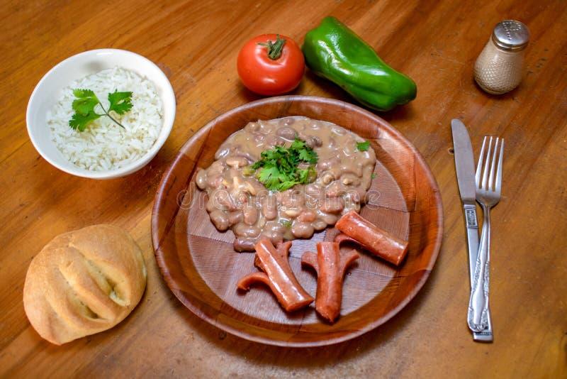 Piatto di riso con la salsiccia ed i fagioli fotografia stock libera da diritti