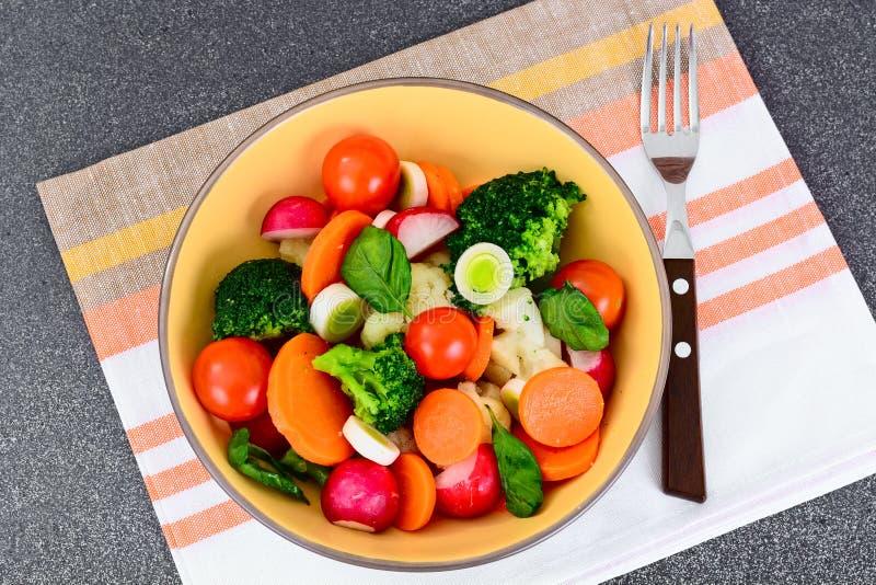 Piatto di verdure: Broccoli e carote Nutrizione di forma fisica di dieta fotografie stock