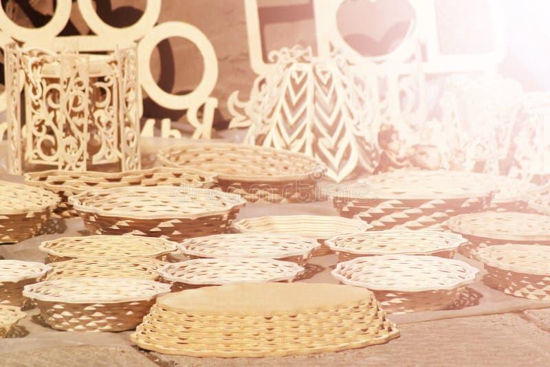 Piatto di vimini, insieme fatto a mano delle pentole fotografie stock libere da diritti